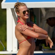 Thanksgiving on the beach for Adam Levine�s ex