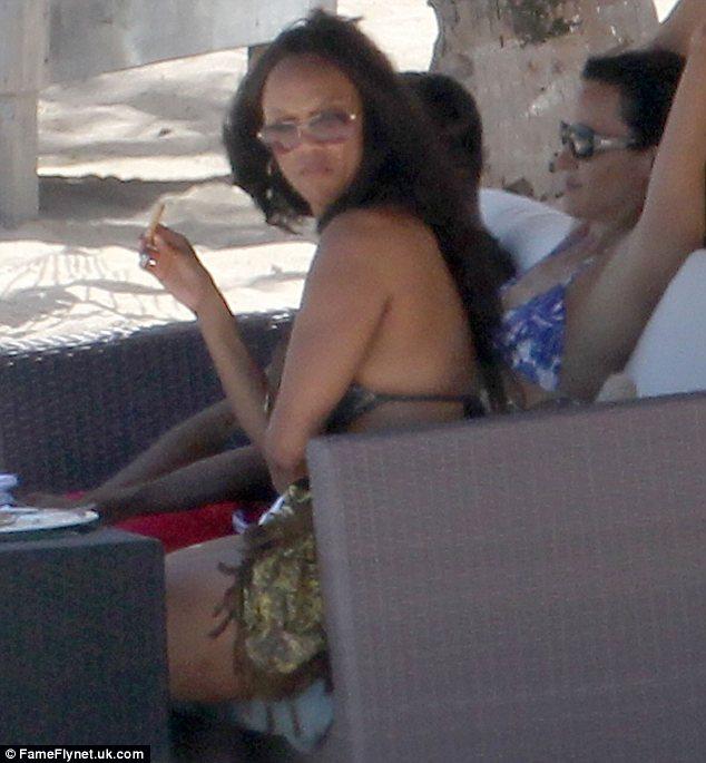 Supermodel Tyra Banks dons bikini for Carribbean getaway