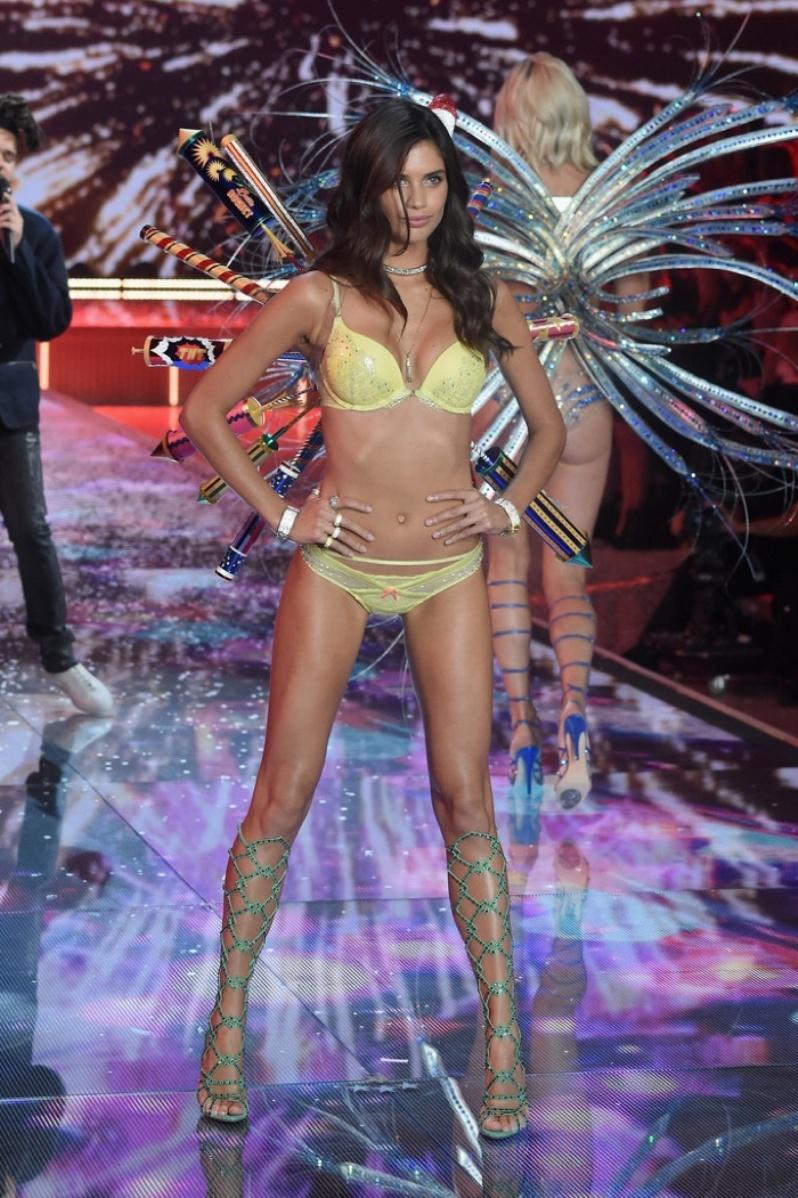 03-Victorias-Secret-2015-Fashion-Show-Photos-Sara Sampaio