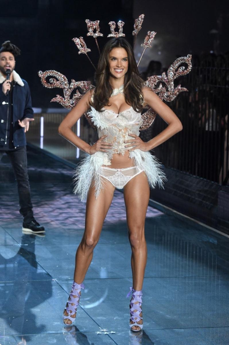 07-Victorias-Secret-2015-Fashion-Show-Photos-Alessandra Ambrosio