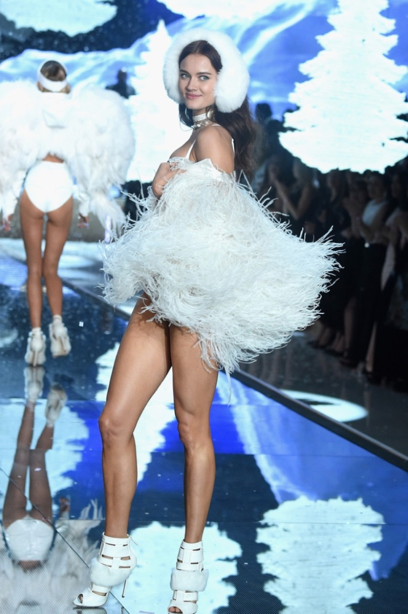 21-Victorias-Secret-2015-Fashion-Show-Photos-Monika Jagaciak