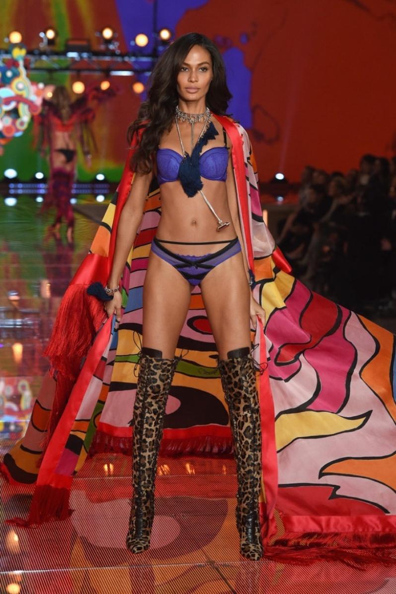 28-Victorias-Secret-2015-Fashion-Show-Photos- Joan Smalls